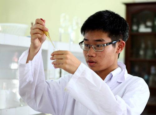 Chàng trai vàng Hóa học Việt Nam Đinh Quang Hiếu là một trong 10 gương mặt trẻ Việt Nam năm 2017. Ảnh: NVCC