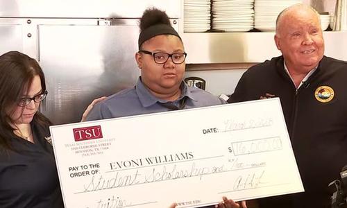 Giúp khách cắt nhỏ bữa ăn, bồi bàn Mỹ nhận học bổng 16.000 USD