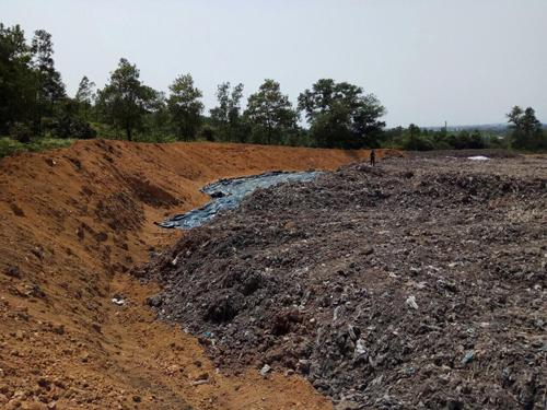 Khối lượng lớn mùn hữu cơ lẫn rác đã được tập kết tại rừng đặc dụng Hà Nội. Ảnh: Chiến Minh.