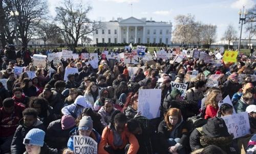 Học sinh ở Washington biểu tình ngồi trước cổng Nhà Trắng. Ảnh: AFP.