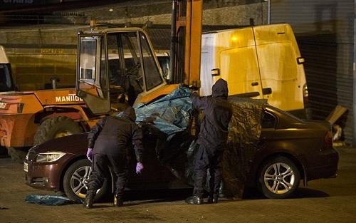 Ôtô của cựu đại tá Nga Skripal được che phủ và đưa đi khám nghiệm tuần trước. Ảnh: David Parker.