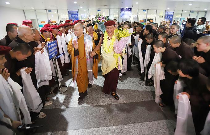 đức pháp vương gyalwang drukpa trong vòng tay chào đón của các phật tử dòng truyền thừa việt nam