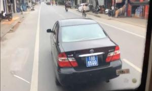 Ôtô biển xanh 'đánh võng' chặn đường không cho xe khách vượt