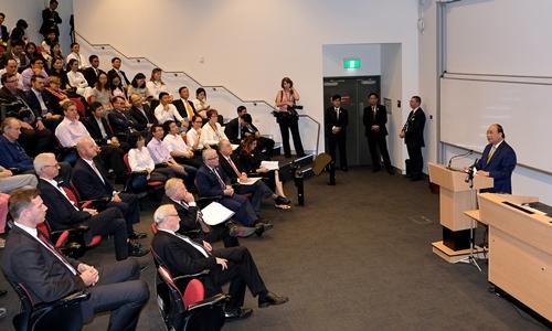 Thủ tướng Nguyễn Xuân Phúc phát biểu trước sinh viên và giảng viênĐại học Quốc gia Australia. Ảnh: VGP.