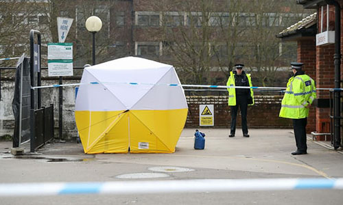 Cảnh sát Anh đứng gác tại một điểm đỗ xe ở Salisbury, gần nơi xảy ra vụ tấn công cựu điệp viên Nga. Ảnh: AP.