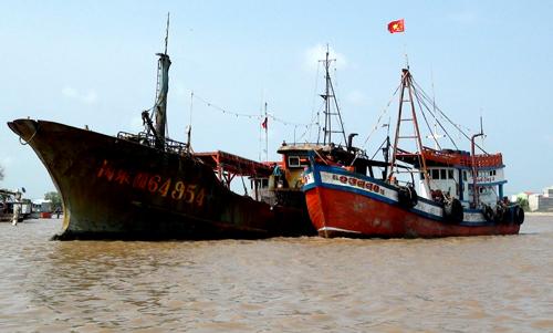 Chiếc tàu đang được neo đậu tại cửa biển Gành Hào - Bạc Liêu. Ảnh: Phúc Hưng.