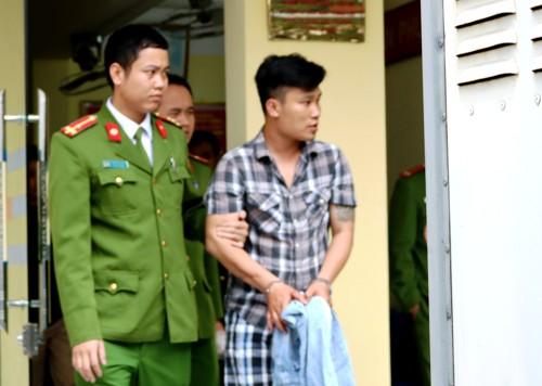 Trưa nay (14/3) nghi can Trịnh Minh Hiếu được chuyển về nhà tạm giam của Công an quận Hải An trong trạng thái ngơ ngơ. Ảnh: Giang Chinh