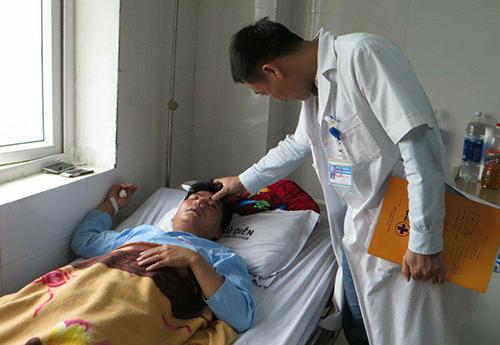 Thầy giáo bị đánh dập sống mũi vì tát học sinh