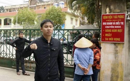 Ngay sau khi chị Trang tử vong, bệnh viện 7 đóng chặt cổng và có nhiềuthanh niên lạ mặt đứng chặn phía ngoài cổng.