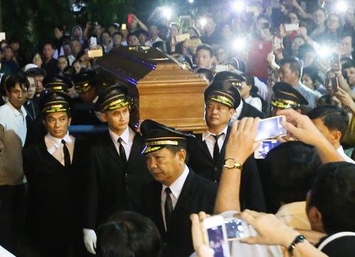 Linh cữu Tổng giám mục được đưa về đến Toà giám mục. Ảnh: Quỳnh Nguyễn.