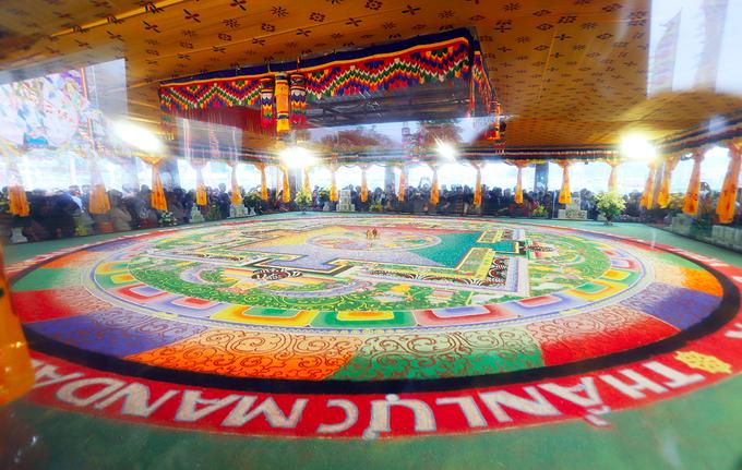 Khai mở tranh đá quý Mandala kỷ lục Việt Nam