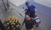 Hai thanh niên cầm bao tải đi trộm điện thoại bị bắt quả tang