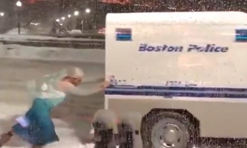 """""""Nữ hoàng băng giá Elsa"""" giải cứu ôtô bị kẹt trong tuyết"""