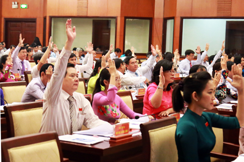 Các đại biểu HĐND TP HCM biểu quyết thông qua tờ trình tăng mức phí đậu ôtô dưới lòng đường, vỉa hè. Ảnh: Trung Sơn