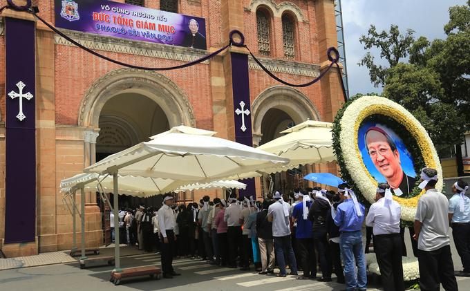 Nhiều đoàn lãnh đạo viếng cố Tổng giám mục Phaolô tại nhà thờ Đức Bà - Ảnh minh hoạ 8