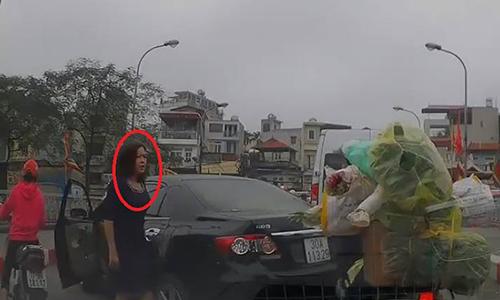 Nữ tài xế quay đầu xe trên cầu, xuống thách thức người đi xe máy