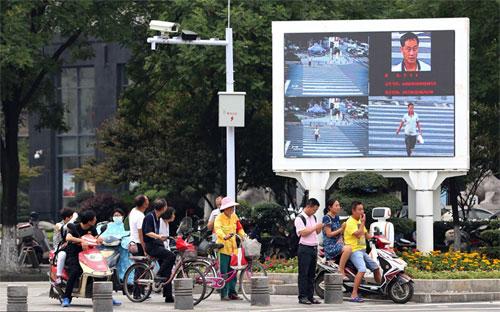 Hình ảnh người đi bộ vi phạm giao thông được đưa lên màn hình lớn tại giao cắt, nhắc nhở những người khác tuân thủ luật. Ảnh: Twitter.