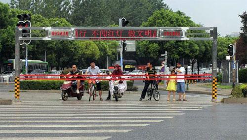 Dây chăng màu đỏ tự động lên, xuống theo đèn tín hiệu. Ảnh: Chinanews.