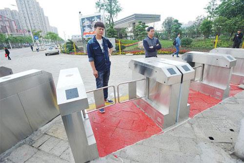 Cổng tự động ở một giao cắt tại Vũ Hán. Ảnh: CGTN.