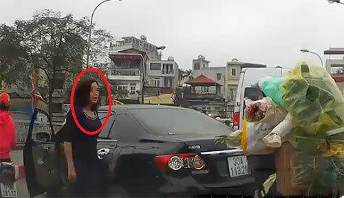 Nữ tài xế quay xe trên cầu ở Hà Nội bị phạt 1,3 triệu đồng
