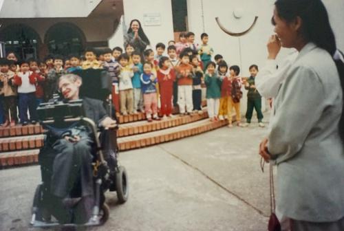 Ông Hawking biểu diễn màn xoay vòng với xe lăn tại làng trẻ em SOS. Ảnh: Nhân vật cung cấp.