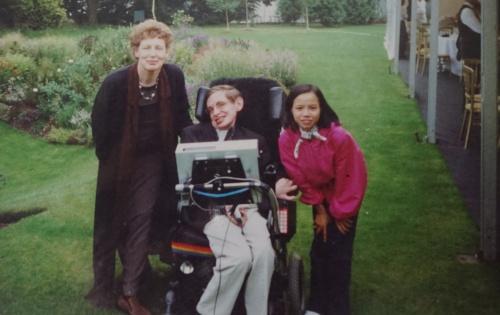 Chị Nhàn cùng ông Hawking, bà Elaine tại Anh năm 2000. Ảnh: Nhân vật cung cấp.