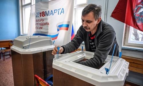 Người Nga được ăn bánh ngọt, học đan giỏ miễn phí khi đi bầu cử