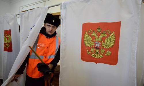 Người Nga ở thành phốVladivostok, vùng viễn đông Nga đi bầu tổng thống. Ảnh: Reuters.