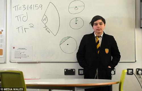 Nam sinh 12 tuổi có IQ cao hơn Stephen Hawking