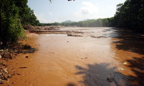 Vỡ hồ chứa chất thải của bãi đào vàng