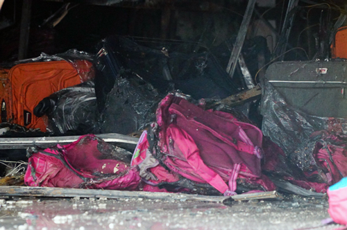 Nhiều túi xách bên trong bị cháy rụi. Ảnh Sơn Hòa