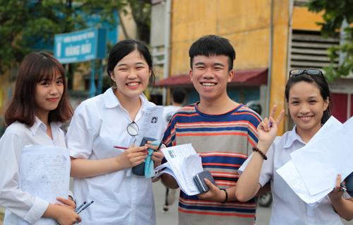 Thí sinh dự thi kỳ thi THPT quốc gia năm 2017. Ảnh: Giang Chinh