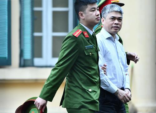 Bị cáo Nguyễn Xuân Sơn bị dẫn giải vào tòa sáng 19/3. Ảnh: Giang Huy