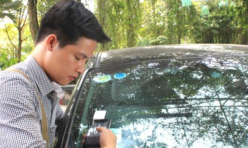 Chủ xe nêu nhiều lo ngại khi dán thẻ thu phí không dừng