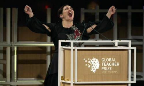 Andria Zafirakou hạnh phúc khi nhận giải tại Dubai.