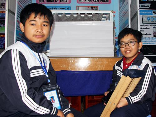 Nguyễn Anh Hào (phải) và người bạn Nguyễn Thành Long tại gian trưng bày sản phẩm của cuộc thi khoa học kỹ thuật cấp quốc gia dành cho học sinh trung học phía Nam. Ảnh: Mạnh Tùng.