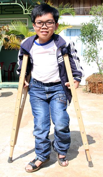 Nguyễn Anh Hào tại sân nhà ở huyện Di Linh. Ảnh: Mạnh Tùng.