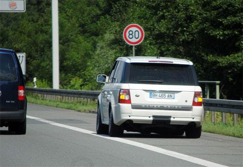 Dùng làn khẩn cấp để vượt là hành động nguy hiểm và coi thường pháp luật của không ít tài xế. Ảnh: hertz-grand-ouest.