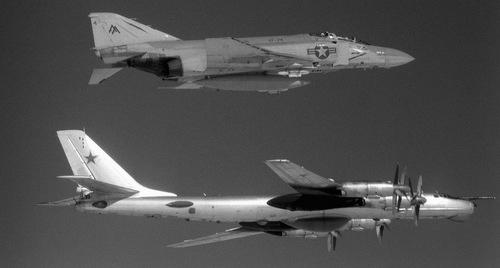 """Lần đầu chạm mặt """"Gấu hạt nhân"""" Liên Xô của phi công Mỹ năm 1966"""