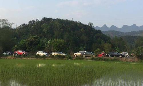 Ba người cùng gia đình chết trong ôtô bên vệ đường