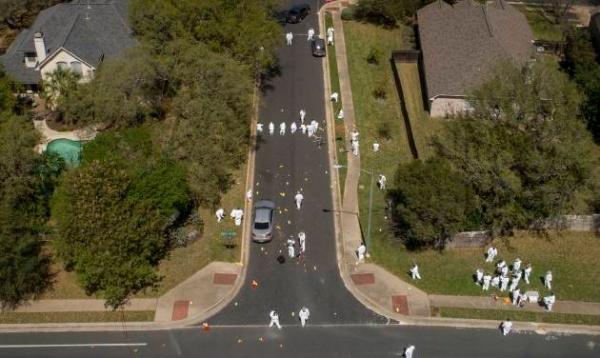 Các nhà điều tra làm việc tại hiện trường sau khi hai người đi xe đạp bị thương trong một vụ nổ ở Austin. Ảnh: AP.