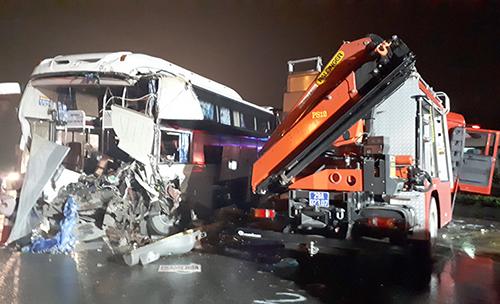 Hiện trường vụ xe khách đâm xe cứu hỏa. Ảnh: Bá Đô