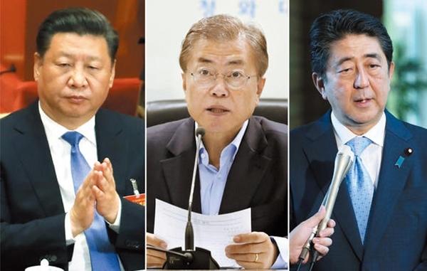 Từ trái qua, Chủ tịch Trung Quốc Tập Cận Bình, Tổng thống Hàn Quốc Moon Jae-in và Thủ tướng Nhật Bản Shinzo Abe. Ảnh: Nikkei.
