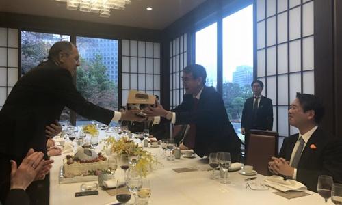 Ngoại trưởng Nga được tặng bánh sinh nhật ở Tokyo