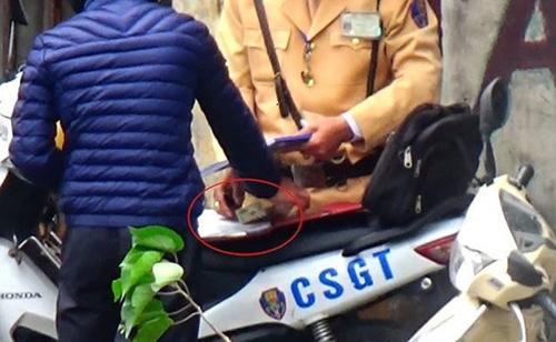 Hà Nội điều tra hơn 20 cảnh sát giao thông nghi nhận tiền 'mãi lộ'