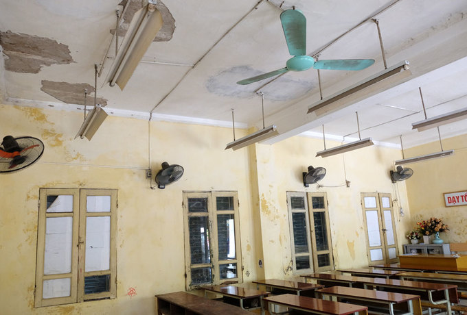 Trường học chi chít vết nứt, tróc vữa giữa thủ đô