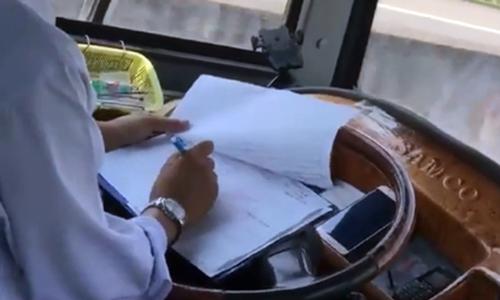 Tài xế vừa lái ôtô trên cao tốc vừa ghi chép sổ bị đình chỉ