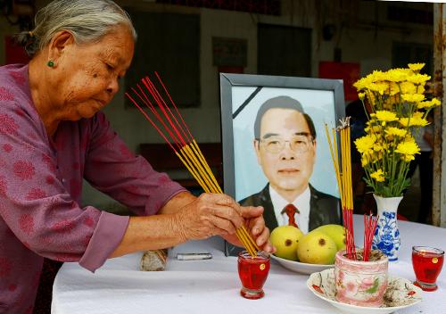 Người dân Củ Chi lập bàn thờ đón nguyên Thủ tướng về quê an nghỉ. Ảnh: Thành Nguyễn.
