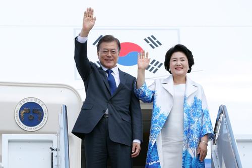 Tổng thống Hàn Quốc Moon Jae-in và phu nhân. Ảnh: BNGVN.
