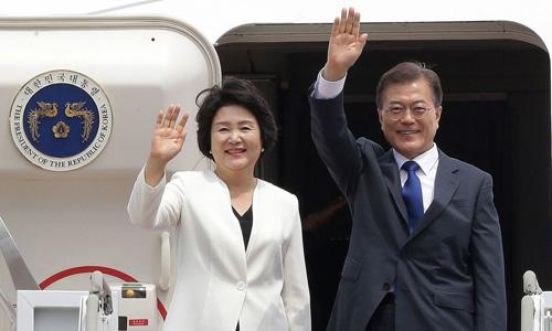 Tổng thống Hàn Quốc Moon Jae-in và phu nhân. Ảnh: AP.
